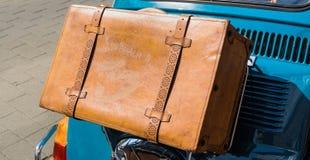Fall för antikvitetbruntläder på bron på hättaklaffen baktill av en liten bil Fotografering för Bildbyråer