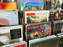 Fall för vinylrekord av berömd musik sätter band till salu i Music Store Royaltyfria Foton