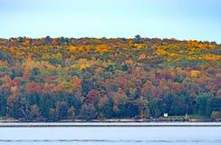 Fall-Farben über einer ruhigen Bucht Lizenzfreie Stockfotografie