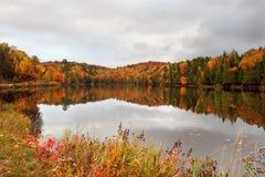 Fall-Farben durch den See Lizenzfreies Stockbild