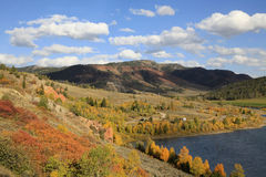 Fall-Farben im Mountainsee-Land nahe großartigem Tetons Lizenzfreies Stockbild