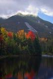 Fall-Farben und Berg Stockfotografie