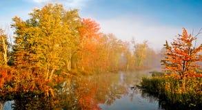 Fall farbige Bäume entlang Fluss Lizenzfreies Stockbild