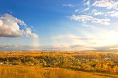 Fall flach in Russland mit schönem Himmel der Landschaft Lizenzfreie Stockbilder