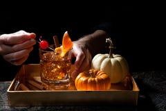 Fall-Getränke in der Bar - altmodisches Whisky-Cocktail Lizenzfreies Stockfoto