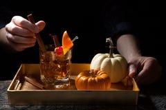 Fall-Getränke in der Bar - altmodisches Whisky-Cocktail Stockfotografie