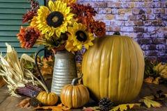 Fall-Kürbise und Autumn Bouquet Lizenzfreies Stockfoto