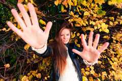 Fall Mädchen, das auf Blättern im herbstlichen Parkwald liegt Lizenzfreie Stockfotos