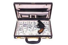 Fall med pengar och en revolver royaltyfria foton