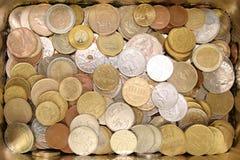 Fall mit glänzenden Münzen Lizenzfreies Stockfoto