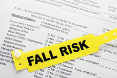 Fall-Risiko mit Krankenhaus-Schreibarbeit Stockfotos