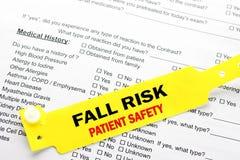Fall-Risiko-Patientensicherheit mit Krankenhaus-Schreibarbeit Lizenzfreie Stockbilder