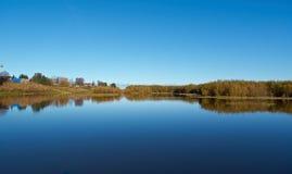 Fall River, отраженный в деревьях осени воды Стоковые Фотографии RF