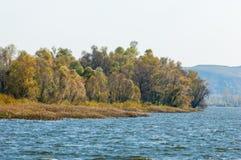 Fall River Le feuillage coloré d'automne au-dessus du lac avec beau courtisent Photos stock