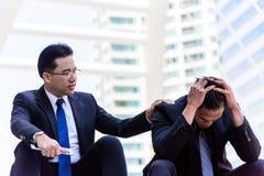 Fall triste y frustrado de la sensación asiática del hombre de negocios del trastorno en vida Foto de archivo libre de regalías