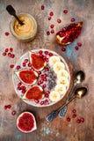 Fall- und Winterfrühstückssatz Acai-superfoods Smoothies rollen mit chia Samen, Granatapfel, Banane, frische Feigen, Haselnussbut Lizenzfreie Stockfotografie