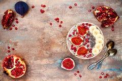 Fall- und Winterfrühstückssatz Acai-superfoods Smoothies rollen mit chia Samen, Granatapfel, Banane, frische Feigen, Haselnussbut Stockbilder