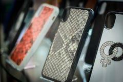 Fall von der Telefonabdeckung für Smartphone auf Schaukasten stockfoto