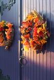 Fall Wreaths auf Tür Lizenzfreies Stockfoto