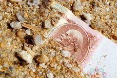 Falla i glömska rublet av USSR i sanden, den gula sanden som har begravt fotografering för bildbyråer