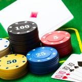 Fallande överdängare bak de ljusa kolonnerna av pokerchiper arkivbild
