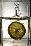 fallande glass citron som ska waters Royaltyfria Bilder