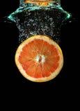 fallande grapefruktvatten Fotografering för Bildbyråer
