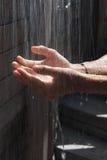 fallande händer under vatten Royaltyfria Bilder