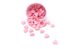 Fallande hjärtagodis i isolerade pappers- koppar för rosa prick fotografering för bildbyråer