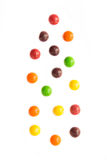 Fallande Jelly Beans som isoleras på vit bakgrund Arkivbild