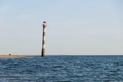 Fallande Kiipsaare fyr i vatten av det baltiska havet Fotografering för Bildbyråer