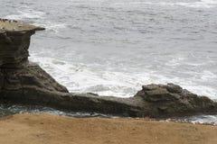 Fallande klippor som ett resultat av erosion vid Stilla havet Arkivbild