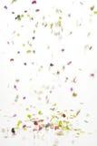 Fallande konfettiar över vit bakgrund Royaltyfria Bilder