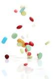 fallande medicinpills Arkivbild