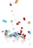 fallande medicinpills Arkivbilder