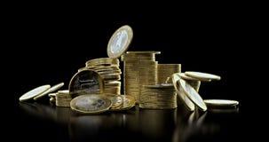Fallande mynt i bunt stock video