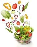Fallande nya grönsaker. Sund sallad royaltyfria foton