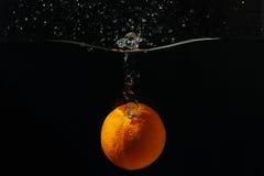 fallande orange moget färgstänkvatten Royaltyfri Bild