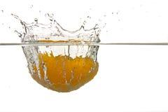 fallande orange som ska waters Royaltyfria Foton
