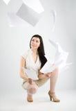 fallande paper kvinna Arkivbilder