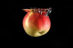 fallande rött vatten för äpple Royaltyfri Foto