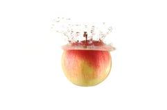 fallande rött vatten för äpple Royaltyfri Bild