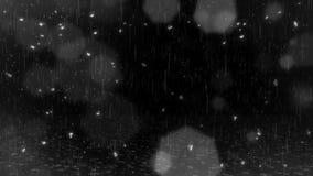 Fallande regn, droppar på exponeringsglas, Bokeh ljus & krusningar på jordsamkopieringsöglan stock video