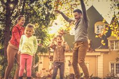 Fallande sidor och min familj fotografering för bildbyråer