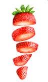 Fallande skivad jordgubbe som isoleras på vit Arkivfoton