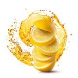 Fallande skivor av citronen mot fruktsaftfärgstänk som isoleras på vit arkivbild
