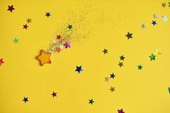 Fallande stjärna för jul på gul bakgrund Designmodell royaltyfri bild