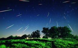 Fallande stjärnor på natten Arkivfoton