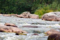 Fallande suddigt vatten bland stenarna Arkivfoton