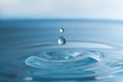 fallande vatten för droppar Arkivfoton